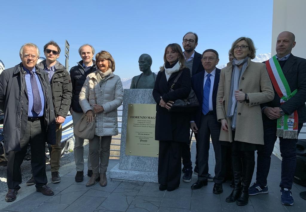 전설적인 이탈리아 사이클 선수 피오렌조 마니의 흉상이 그의 사이클 박물관 앞에 세워졌다
